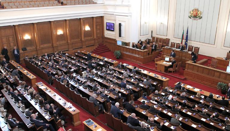 Бугарски парламентарци казнети по 300 евра оти не носеле заштитна маска