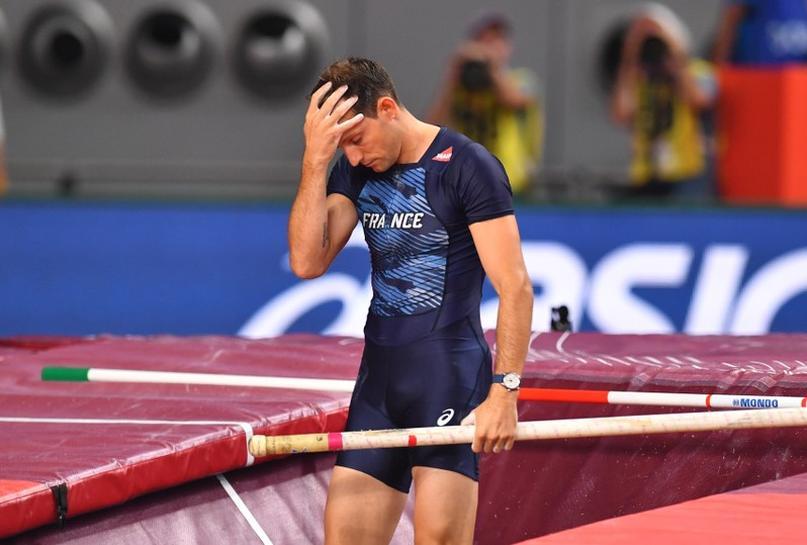 Поранешниот светски рекордер во скок со стап го скрши палецот