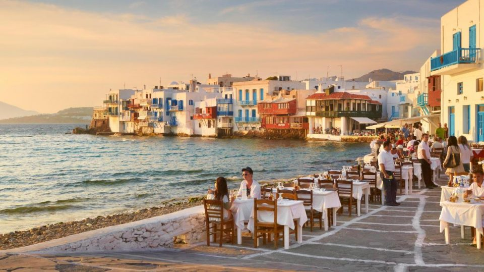 Грција дава по 330 милиони евра за повторно отворање на рестораните