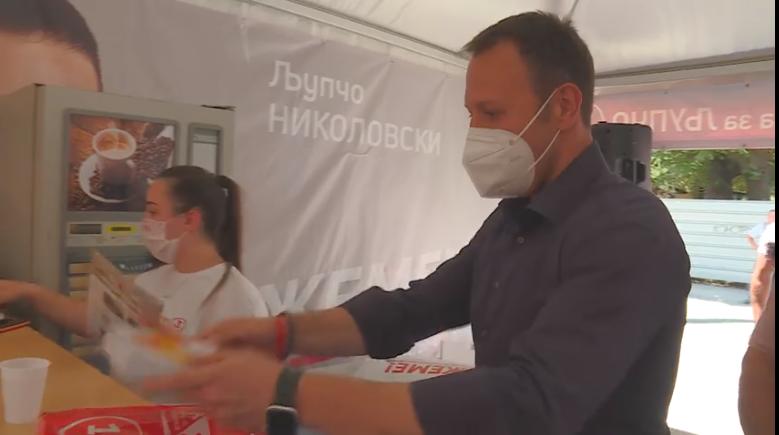 Да види како изгледа сериозна програма: Јанушев на штандот на Николовски ја врачи Обновата на Македонија