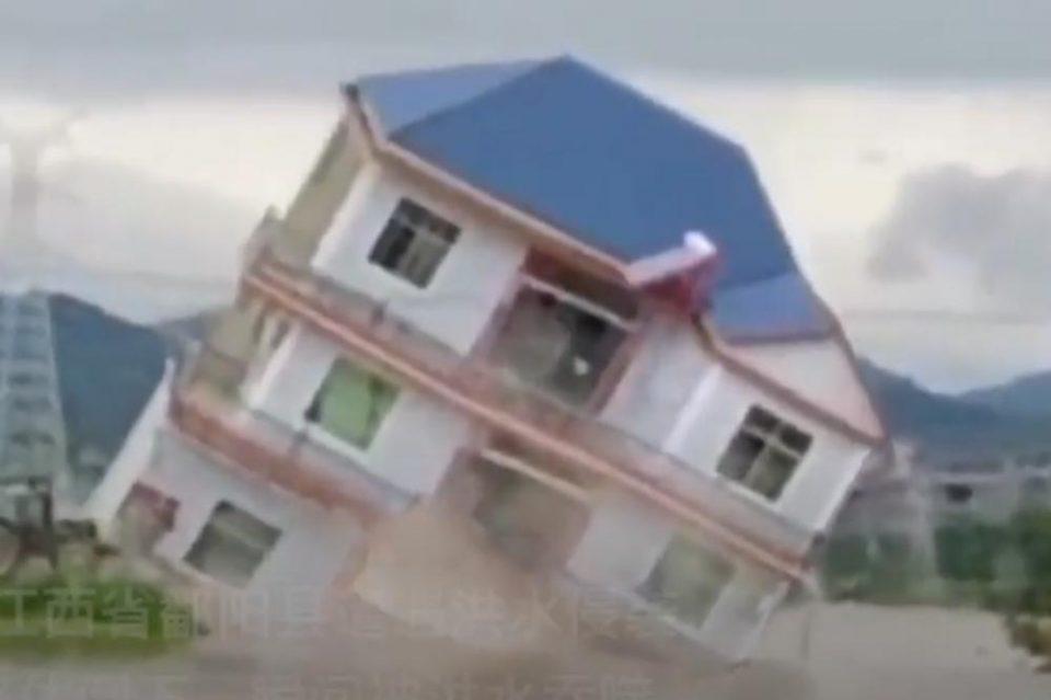Се исчезна за 5 секунди: Водата однесе цела куќа, како да е макета!