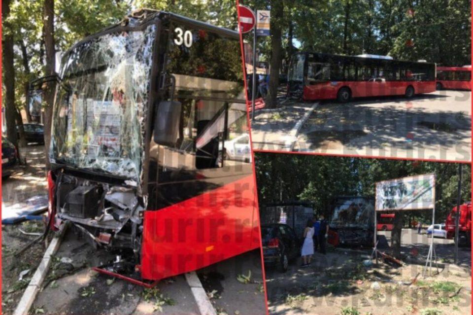 Автобус приклештил жена за дрво, пожарникари го извлекувале и возачот