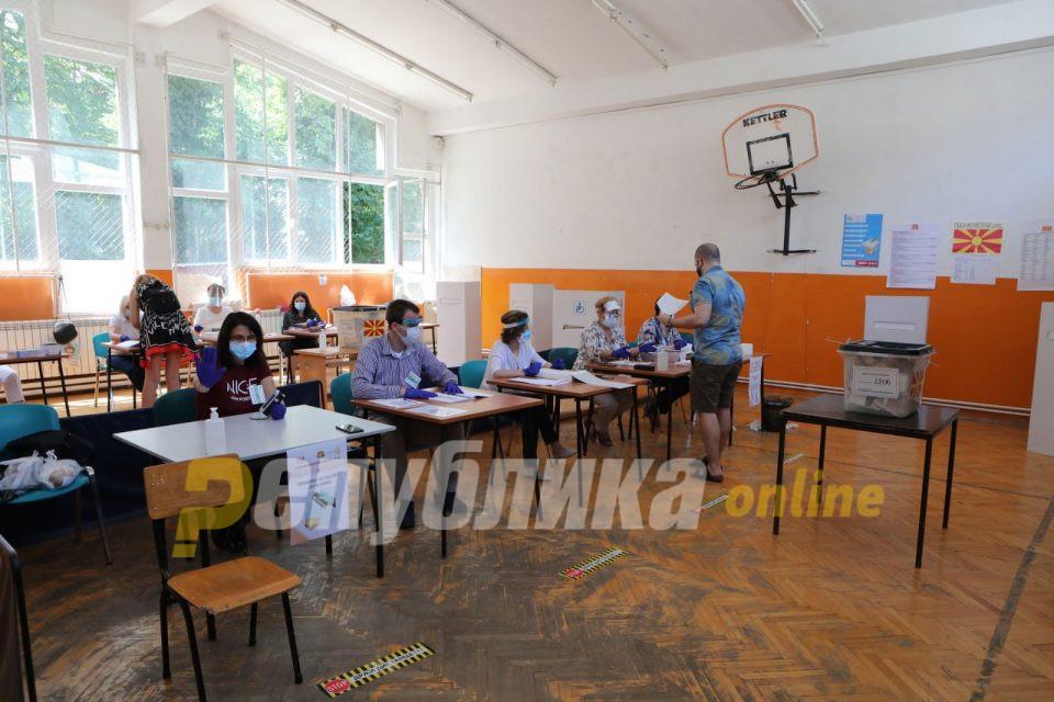 """Членови на партија """"стражареле"""" пред избирачко место"""