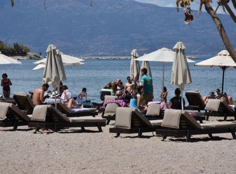 Половина од новите случаи на ковид-19 во Грција се туристи