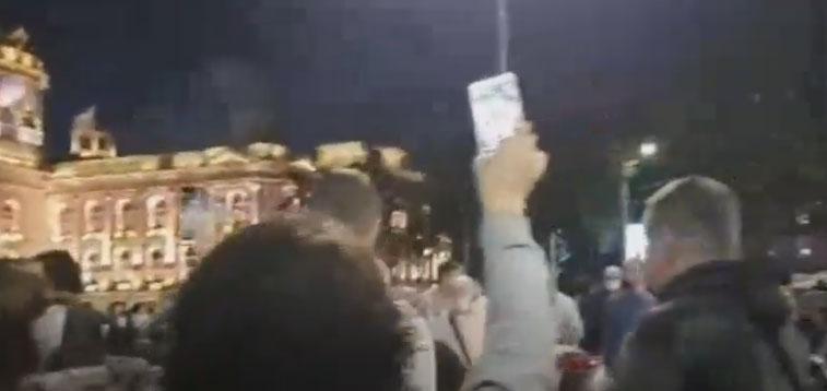 Судир со полицијата, горат и факели: Протестот во Белград излезе од контрола