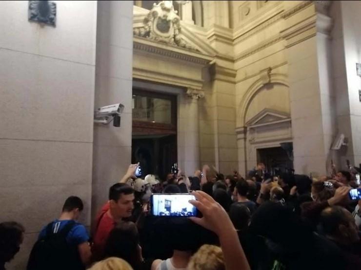 Граѓаните упаднаа во Собрание откако Вучиќ најави враќање на полициски час