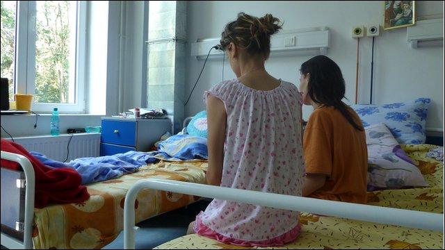 Контроверзен закон во Романија ослободи стотици заразени со ковид од болниците и самоизолација