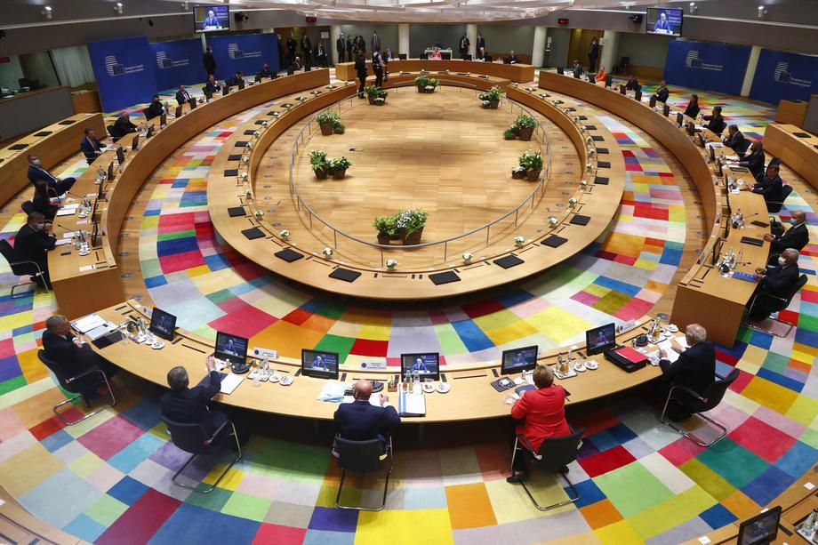 По маратонските целоноќни разговори, Самитот на ЕУ продолжува и денеска