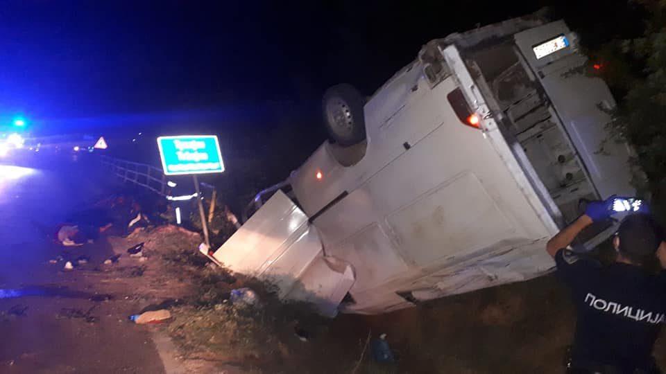 Тешко повредени 4 мигранти, возачот на комбето избега