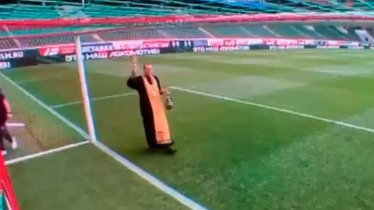 Свештеник со кандило ги благословуваше головите во Москва
