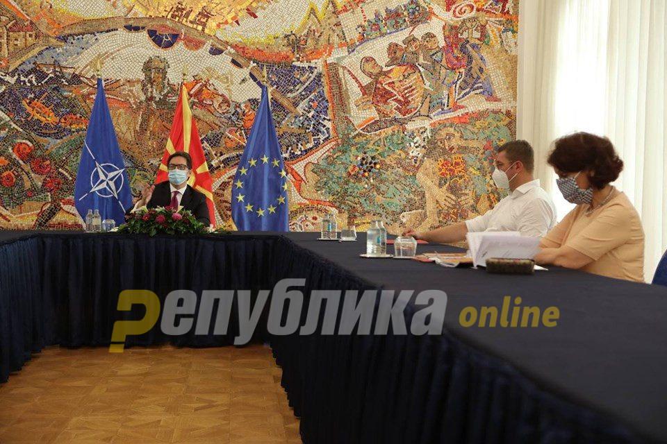 Дел од пратениците на ВМРО-ДПМНЕ на маса со Пендаровски