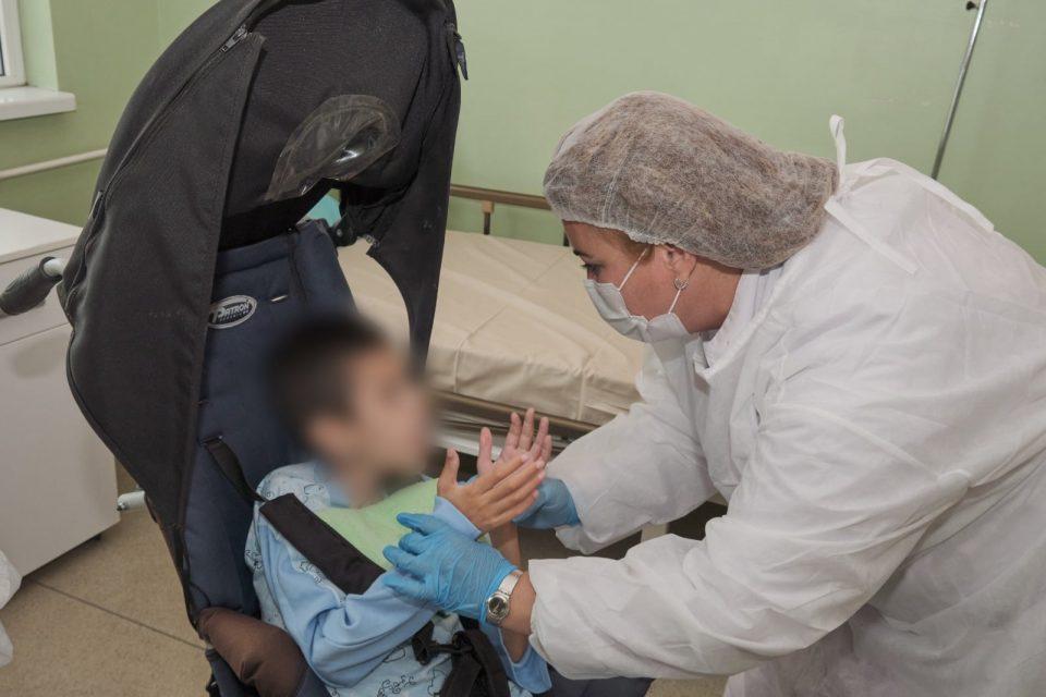 11-годишниот Илче од Охрид кој беше напуштен од родителите си замина од Клиниката за детски болести во мал групен дом