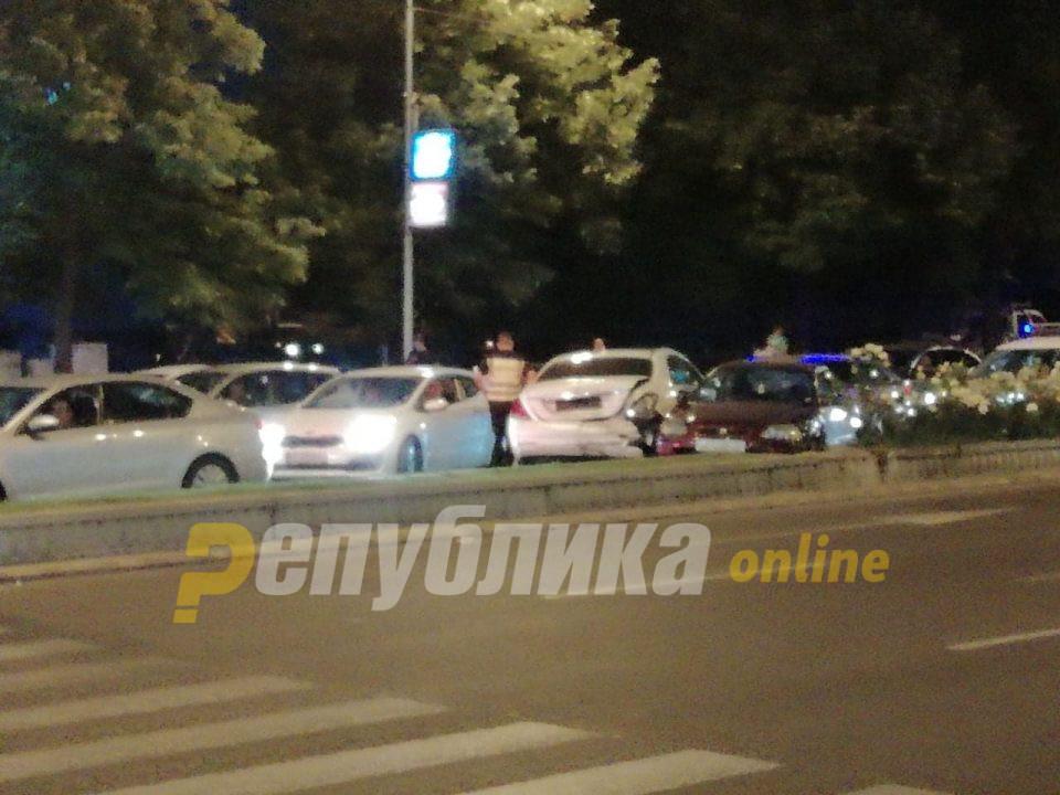 """Судир на три возила на """"Партизанска"""", едното од нив се заби во метален столб"""