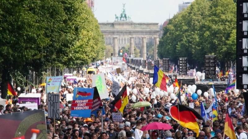 Полицијата го прекина протестот против ковид-мерките во Берлин