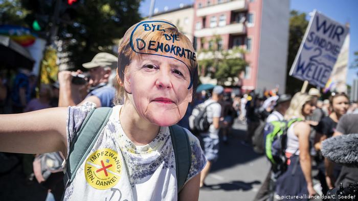 Германците не сакаат да носат маски, излегоа на штрајк