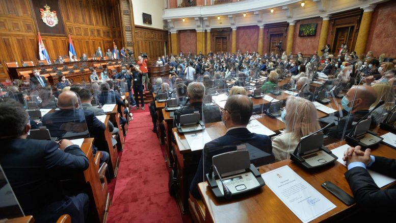 Конституиран новиот српски Парламент, пратениците дочекани со јајца и домати