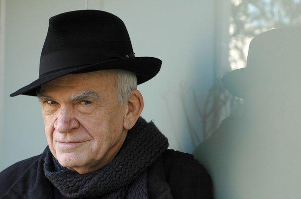 Славниот писател Милан Кундера ја подарува личната библиотека и архива на родниот град Брно