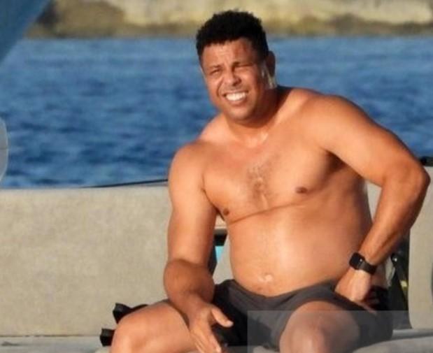 Oва е вистинскиот Роналдо: Пушти стомак, игра покер и брка млади девојки