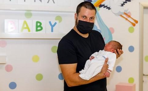 Први фотографии на Стојанче Стоилов со бебето