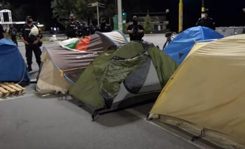 Не се откажуваат: Демонстрантите пак поставија шатори, бараат Бојко да си замине