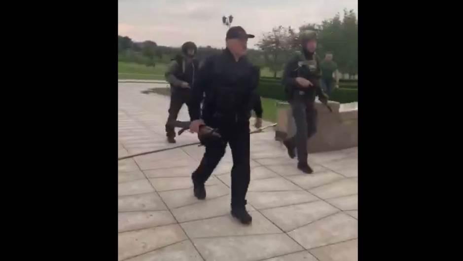 Калашников во рака и панцир: Лукашенко наоружан слета во резиденцијата во Минск