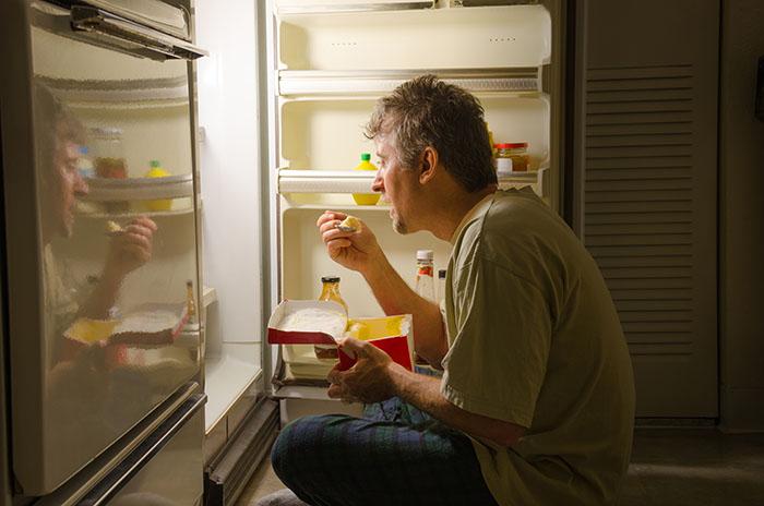 Што се случува со телото ако јадете доцна во ноќта?