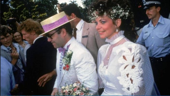 Поранешната сопруга на Елтон Џон се обидела да се убие на медениот месец