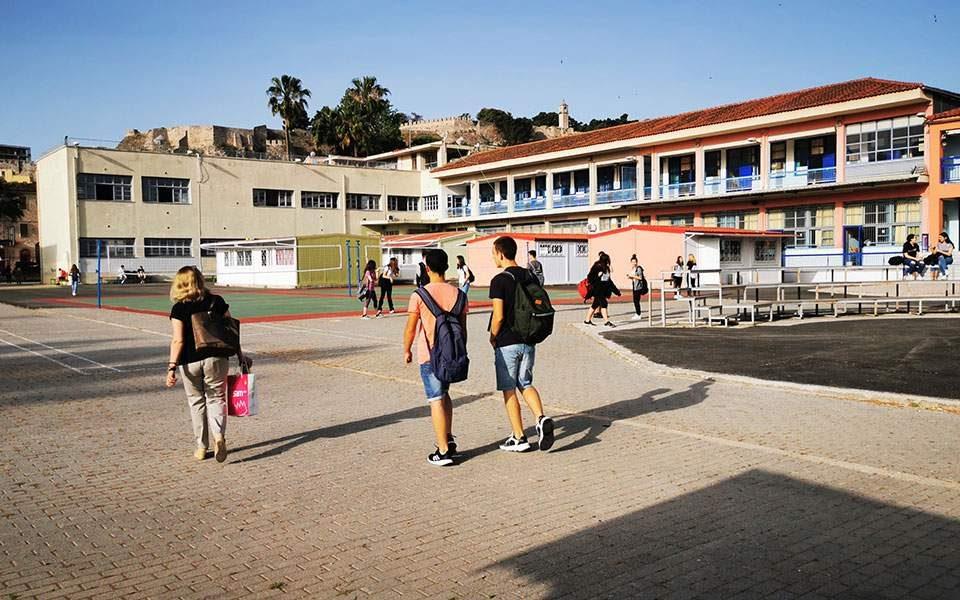 Вo понеделник Грција ги отвора забавиштата и основните училишта