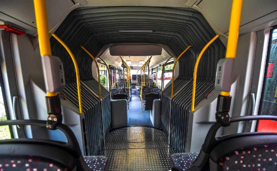 Пензионери со шрафцигер се обидуваат да ги крадат полначите за телефон поставени во автобусите