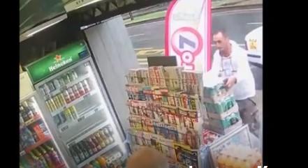 Камерите го фатија: Таксист краде пакет пиво од пред дуќан