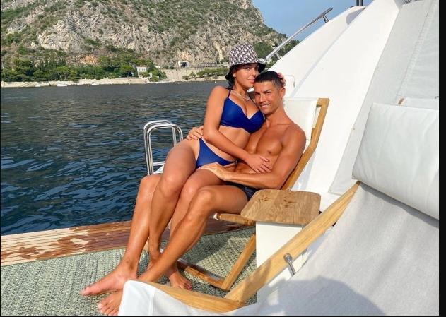 Кристијано Роналдо и Георгина си разменуваат нежности на јахта
