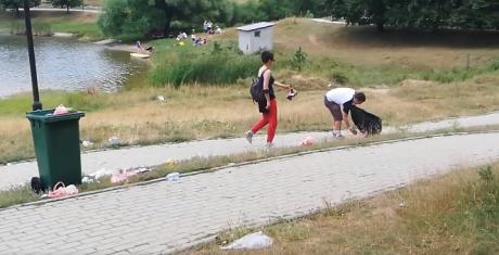 Туристи чистат ѓубре кај езерото во Крушево