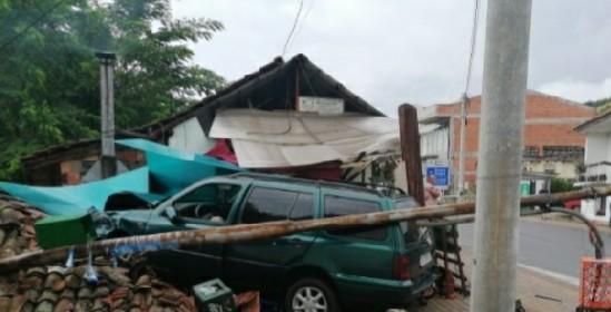 Возило излета од патот и заврши на покривот од воденица