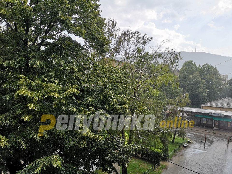Силно невреме го зафати Скопје, паѓаше град со големина на орев
