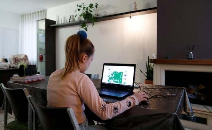 Ако има онлајн настава од септември, третина од мајките во Италија ќе дадат отказ