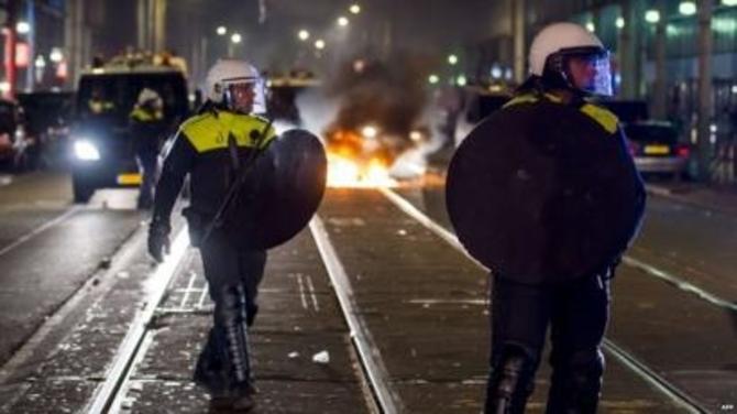 Дваесетина уапсени по судир на полицијата и демонстранти од сиромашна населба во Хаг