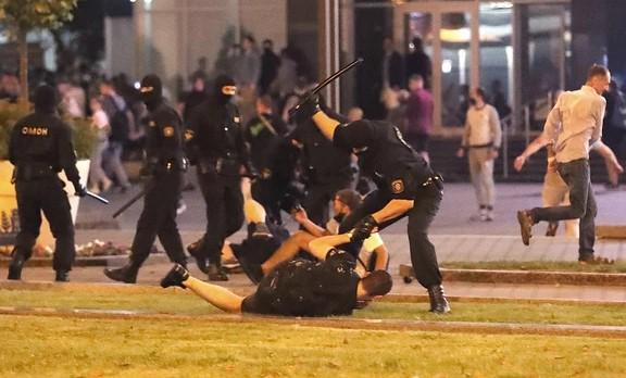 Белоруските власти почнаа да ги ослободуваат приведените демонстранти: Тие се жалат дека во затвор биле тепани од полицијата