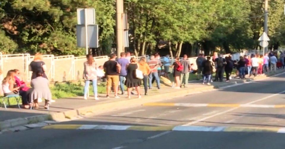 Македонци во Белград од утро чекаат во редици за тестирање за Ковид-19