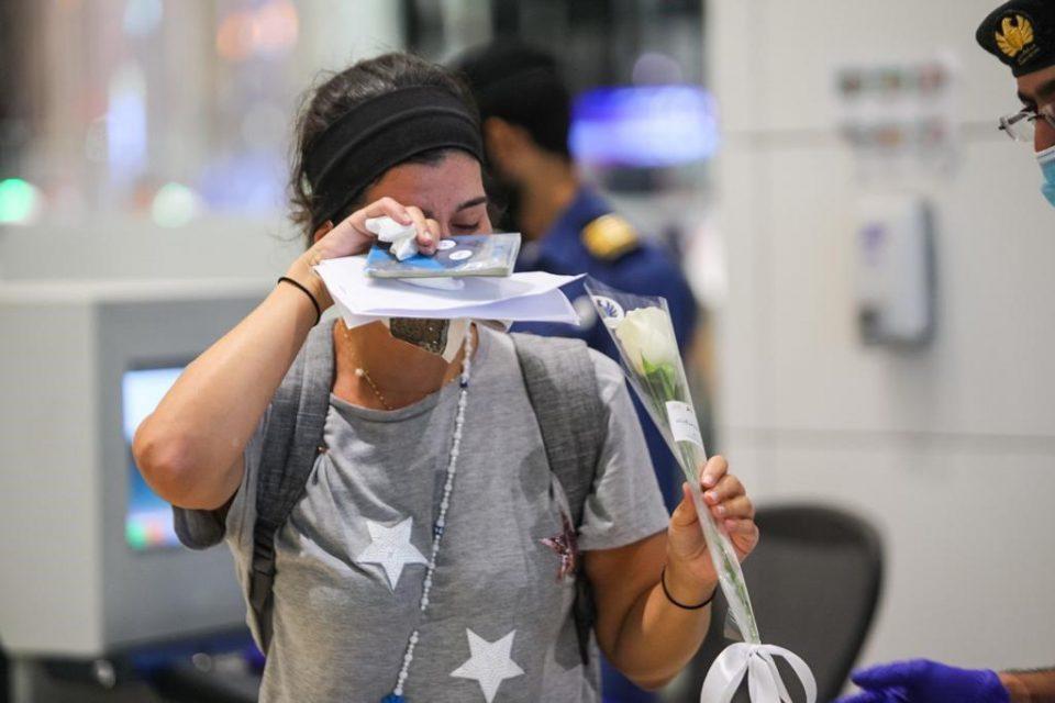 Патниците од Бејрут пречекани со бели рози на аеродромот во Дубаи