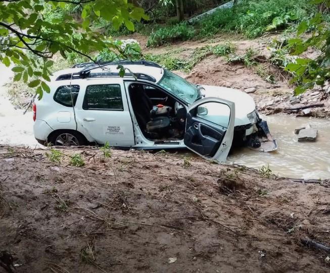 Велешанец излетал со возило во река, се организира помош за спасување