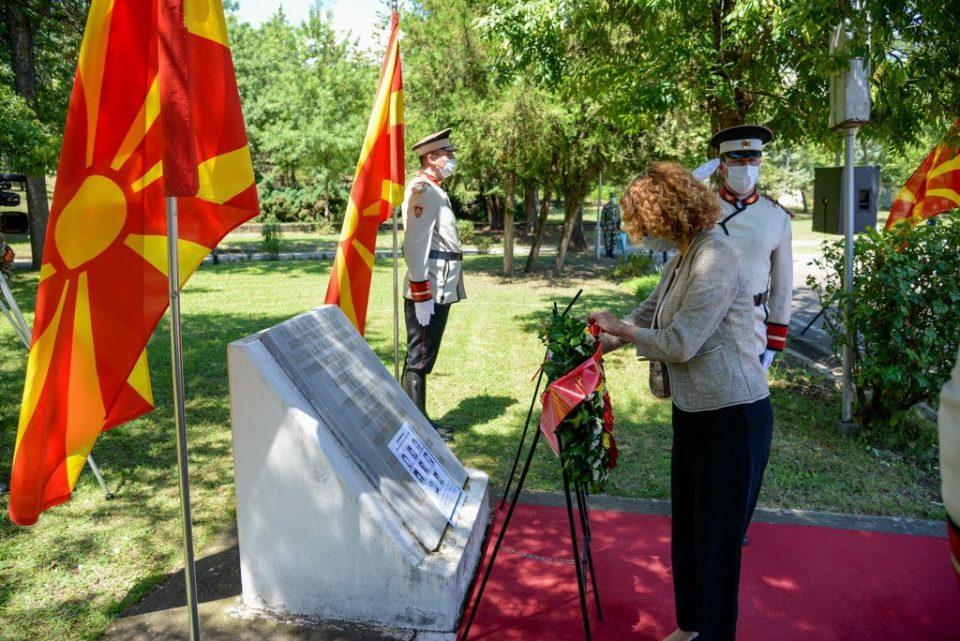 Откако ја искараа: Шекеринска положи цвеќе за загинатите кај Љуботенски бачила