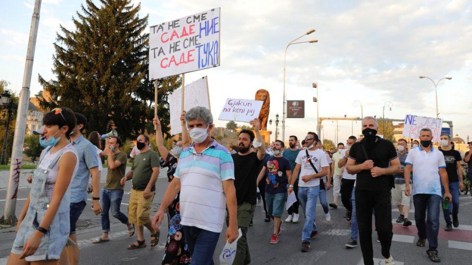 """Протест против поскапувањето на струјата во Скопје: """"Доста е! Крвта ни ја испивте!"""""""
