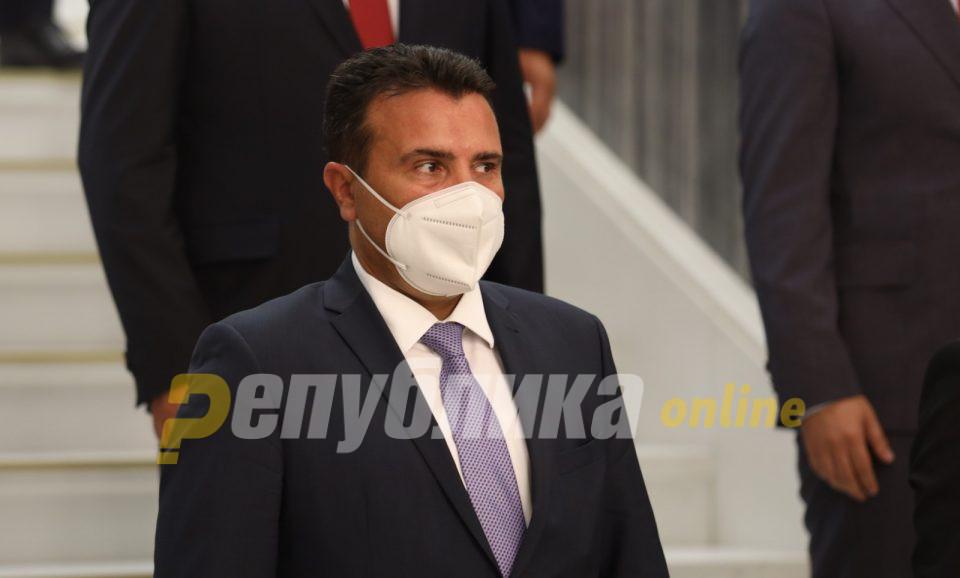 Вирусот е лебдечки, при движење го креваме, рече Заев за маските на отворено