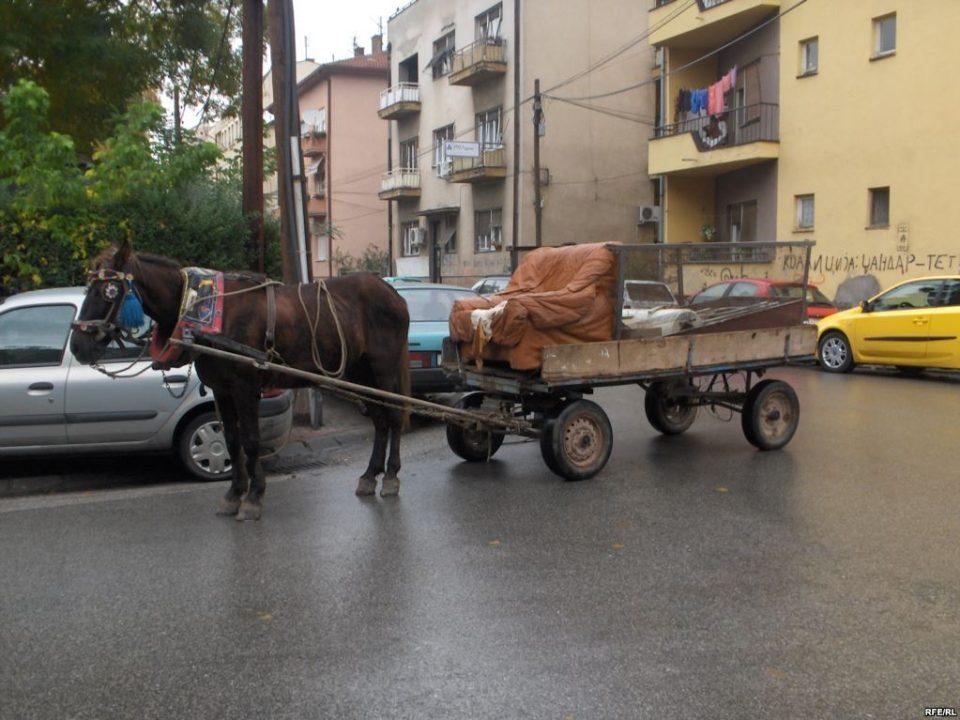 Запрежна кола покоси баба сред Скопје, возачот избегал без да помогне