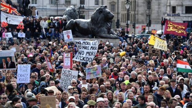 Полицијата го растури протестот во Лондон против новите ограничувања за Ковид-19