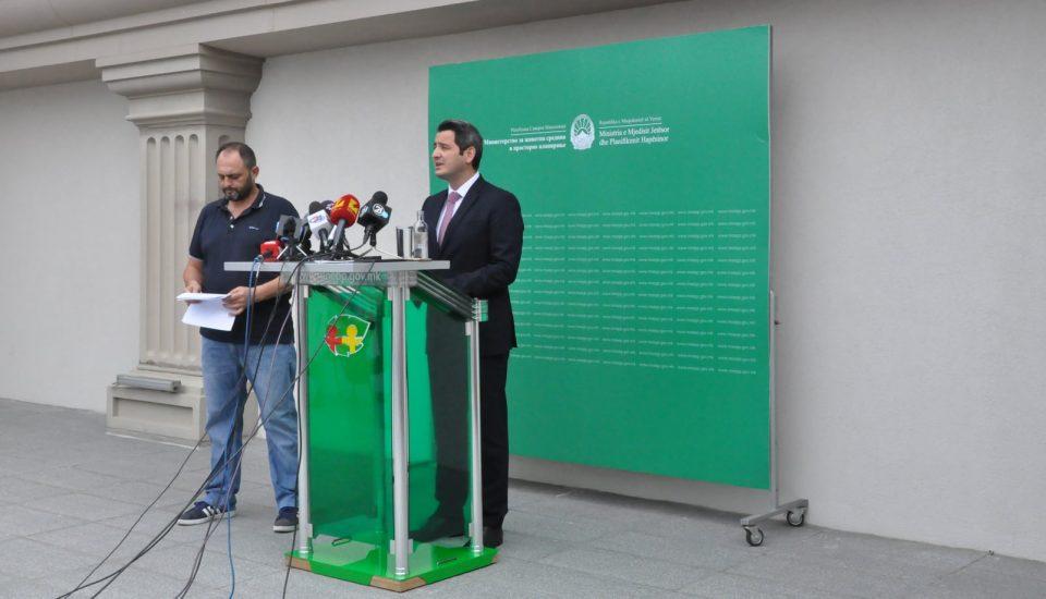 Можете и вие да научите албански, им рече министерот Нуредини на новинарите