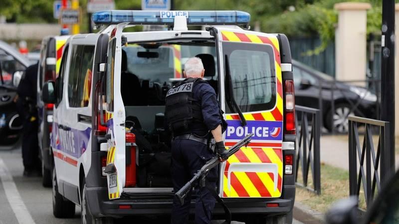 Најмалку четири лица повредени во напад со нож во Париз, напаѓачот во бегство