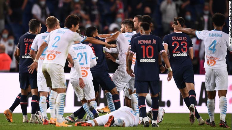 Нејмар обвини за расизам откако ПСЖ против Марсеј заврши со тепачка и пет црвени картони