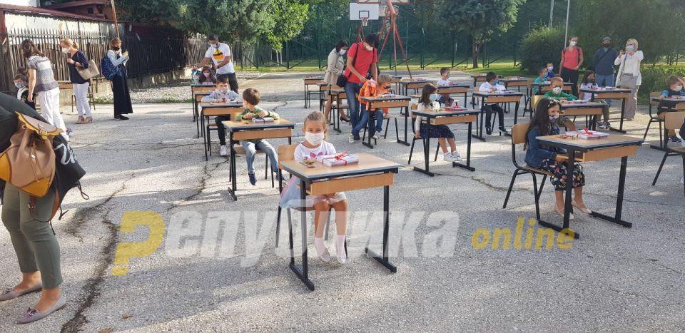 """Првачињата од ООУ """"Коле Неделковски"""" седнаа во училишните клупи"""