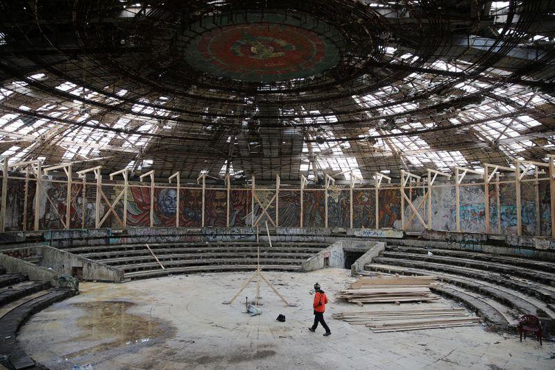 Додека Бугарија одлучува за неговата судбина, тим европски реставратори го спасуваат контроверзниот споменик од комунистичката ера